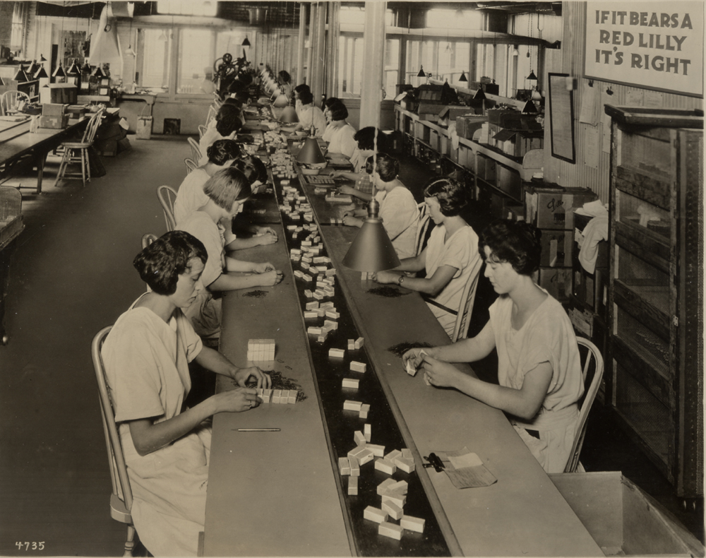 Labelling boxes of insulin at Eli Lilly, early 1920s.